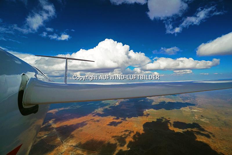 Auf dem Weg nach Botswana AFRIKA, NAMIBIA: Auf dem Weg nach Botswana mit einer ASG32 entlang einer Wolkenstrasse