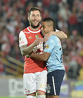 BOGOTÁ -COLOMBIA, 23-03-2016. Jonathan Gomez (Izq.) jugador de Santa Fe se abraza con Vladimir Hernandez (Der.) jugador de Junior, durante partido aplazado por la fecha 4 entre Independiente Santa Fe y Atletico Junior, de la Liga Aguila I-2016, en el estadio Nemesio Camacho El Campin de la ciudad de Bogota.  / Jonathan Gomez (L) player of  Santa Fe hugs to Vladimir Hernandez (R) player of Junior, during a postponed match of the date 4 between Independiente Santa Fe and Atletico Junior, for the Liga Aguila I -2016 at the Nemesio Camacho El Campin Stadium in Bogota city. Photo: VizzorImage/ Gabriel Aponte / Staff