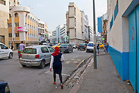 Tunisi, ragazza con foulard rosso in centro città ,Tunis girl with red scarf in the city center, fille avec un foulard  rouge dans le centre-ville