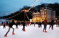 Nederland - Arnhem - 17 december 2017 .  Op 16 en 17 december vond Landleven Winter plaats in het Nederlands Openluchtmuseum. Schaatsen op de verlichte schaatsbaan. Foto Berlinda van Dam / Hollandse Hoogte