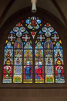 """Die Katharinenkirche in Oppenheim.<br /> Die Kirche gilt als eine der bedeutendsten gotischen Kirchen am Rhein zwischen Strassburg und Koeln. Ihre Errichtung erfolgte in Abschnitten im 13., 14. und 15. Jahrhundert.<br /> Die Kirche ist unteranderem fuer ihre Bleiglassfenster beruehmt, von denen viele noch im Original erhalten sind; so auch Fenster der """"Oppenheimer Rose"""".<br /> Bei Renovierungsarbeiten im Jahr 1959 wurde an der Suedseite der Fassade ein Portrait des damaligen Bundespraesidenten Theodor Heuss angebracht.<br /> 3.9.2021, Oppenheim<br /> Copyright: Christian-Ditsch.de"""
