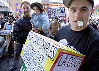 FRONT D'ACTION POPULAIRE EN REAMENAGEMENT URBAIN FRAPRU MANIFESTATION A MONTREAL MINISTRE DES FINANCES MONIQUE JEROME-FORGET<br /> DEMANDE DANS LE PROCHAIN BUDGET INVESTISSEMENTS LOGEMENTS SOCIAUX DES MESURES D'URGENCE ET FINANCEMENT POUR FAMILLES ET PERSONNES SANS LOGIS<br /> PHOTO JACQUES NADEAU<br /> 3 MAI 2007