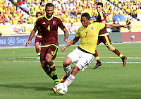 BARRANQUILLA -COLOMBIA, 1-SEPTIEMBRE-2016. Carlos Bacca (Der.) jugador de Colombia disputa el balón con Oswaldo Vizcarrondo (Izq.) de Venezuela durante el  encuentro  por las eliminatorias al mundial de Rusia 2018  disputado en el estadio Metropolitano Roberto Meléndez de Barranquilla./ Carlos Bacca (R)  Colombia player fights for the ball with  (L) Oswaldo Vizcarrondo of Venezuela during the qualifying match for the 2018 World Championship in Russia Metropolitano Roberto Melendez stadium in Barranquilla . Photo:VizzorImage / Felipe Caicedo  / Staff