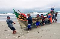Pescadores em Pontal do Parana. Parana. 2005. Foto de sergio Amaral