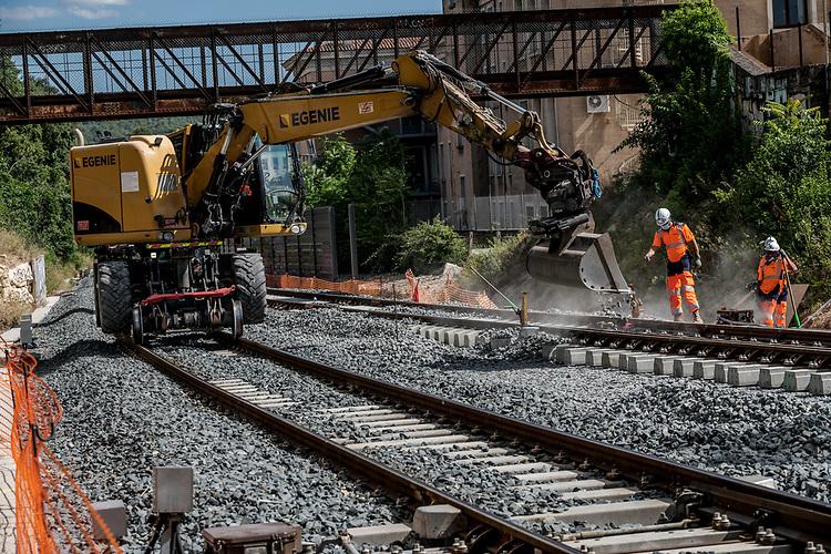 Gare d'Aix-en-Provence, centre ville : pose d'un appareil de voie ( aiguillage ) - NGE