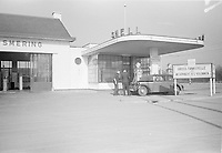 Photo from the NIOD's Huizinga collection. A passenger car is parked at a petrol station legalized by the German occupier.