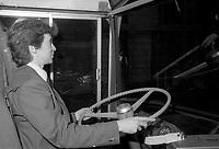 La STCUM dans les annees 80<br /> <br /> Conductrice au volant d'un autobus, avril 1985
