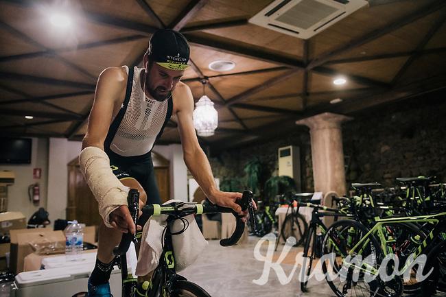 victim of an early season crash, Sam Bewley (NZL/Michelton-Scott) trains indoor on the rollers during the Michelton-Scott training camp in Almeria, Spain / february 2018