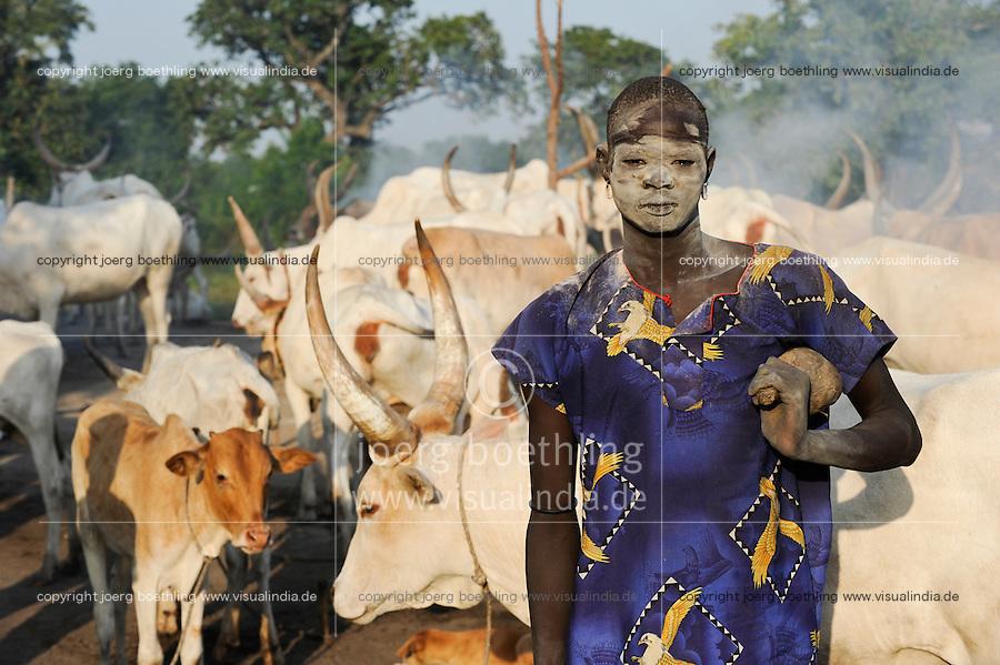 SOUTH SUDAN Bahr al Ghazal region , Lakes State, village Yeri cattle camp near Rumbek, with ash smeared Dinka warrior with Zebu cow, shepherd Wai Bol / SUED-SUDAN  Bahr el Ghazal region , Lakes State, Dorf Yeri, mit Asche beschmierte Dinka Krieger mit Zebu Rindern im cattle camp bei Rumbek, Hirte Wai Bol