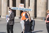 """Mehrere Menschenrechts- und Fluechtlingsorganisationen haben auf einer Kundgebung am Donnerstag den 23. April 2020 in Berlin von den EU-Staaten die rasche Aufnahme von Fluechtlingen aus Griechenland gefordert. Die Camps auf den griechischen Inseln muessten angesichts der Corona-Krise sofort aufgeloest werden, denn sie drohten zu """"pandemischen Hotspots"""" zu werden, hiess es in einem Aufruf des Republikanischen Anwaeltinnen- und Anwaeltevereins (RAV). Dazu fand am Donnerstag in Berlin eine Kundgebung statt, die live im Internet uebertragen wurde. Daran beteiligten sich unter anderem auch Vertreter von Amnesty International, vom European Center for Constitutional and Human Rights (ECCHR), vom Unteilbar-Buendnis sowie Vertreter weiterer Organisationen.<br /> Die Kundgebung fand mit 20 Personen unter den strengen Auflagen anlaesslich der Covid-19-Pandemie statt.<br /> Im Bild: <br /> 23.4.2020, Berlin<br /> Copyright: Christian-Ditsch.de<br /> [NUR FUER REDAKTIONELLE ZWECKE! Werbung nur auf Anfrage beim Fotografen. Inhaltsveraendernde Manipulation des Fotos nur nach ausdruecklicher Genehmigung des Fotografen. Vereinbarungen ueber Abtretung von Persoenlichkeitsrechten/Model Release der abgebildeten Person/Personen liegen nicht vor. NO MODEL RELEASE! Don't publish without copyright Christian-Ditsch.de, Veroeffentlichung nur mit Fotografennennung, sowie gegen Honorar, MwSt. und Beleg. Konto: I N G - D i B a, IBAN DE58500105175400192269, BIC INGDDEFFXXX, Kontakt: post@christian-ditsch.de<br /> Bei der Bearbeitung der Dateiinformationen darf die Urheberkennzeichnung in den EXIF- und  IPTC-Daten nicht entfernt werden, diese sind in digitalen Medien nach §95c UrhG rechtlich geschuetzt. Der Urhebervermerk wird gemaess §13 UrhG verlangt.]"""