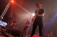 Das Festival With Full Force geht in die 18. Runde. 60 Bands aus der Hardcore-, Punk- und Metallszene haben sich auf dem haertesten Acker Deutschlands nahe Roitzschjora versammelt. Dazu gesellen sich nach Angaben der Veranstalter Sven Borges, Mike Schorler und Roland Ritter fast 30000 Besucher aus aller Welt. Drei Tage lassen die Bands ihre stromgestaehlten Gitarren gluehen und pusten per Mega-Boxenwand das Gras von der Landebahn des Sportflugplatzes. im Bild: Melodycore, Punkrock aus Schweden wird von der Band Millencolin vorgetragen. Gitarrenhalsschmenk gen Himmel von Erik Ohlsson (re, vorn)) , Mathias Färm (li) und Nikola Sarcevic (mi) und Drummer Fredrik Larzon (re hinten).   Foto: Alexander Bley