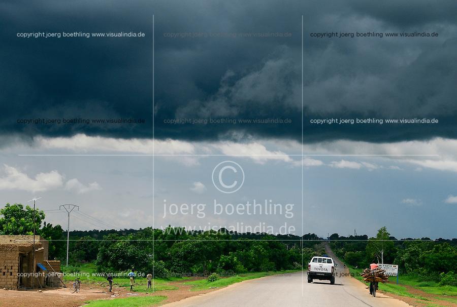 BURKINA FASO, Gaoua, rain clouds in raining season / Regenwolken in der Regenzeit