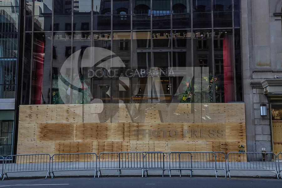 NOVA YORK, EUA, 02.06.2020 - PROTESTO-EUA - Loja Dolce Cabbana da quinta avenida é fechada com tapumes após uma madrugada de saques no comercio de Nova York durante protestos que se espalharam pelo país em pelo menos 30 cidades nos Estados Unidos, devido à morte do negro desarmado George Floyd nas mãos de um policial branco, esta é a morte mais recente de uma série de mortes policiais de negros americanos. O prefeito Bill De Blasio decretou toque de recolher das 20 horas até as 5 horas da manhã. (Foto: William Volcov/Brazil Photo Press/Folhapress)