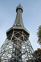Europe/République Tchèque/Prague:  La Tour panoramique  domine la colline  du Petrin, la colline du château.Construite en 1891 pour l'Exposition du jubilé