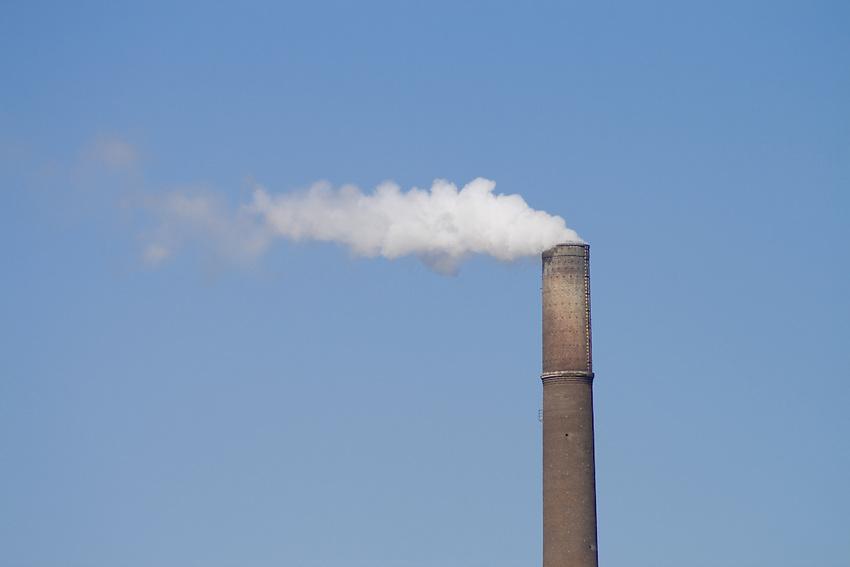 Europa, DEU, Deutschland, Nordrhein Westfalen, NRW, Rheinland, Niederrhein, Schornstein, Schlot, Industrieschornstein, Abgase, Umweltverschmutzung, Kategorien und Themen, Industrie, Wirtschaft, Technik, Technologie, Luft, Atemluft, Atmosphaere, Klima, Klimaschutz, Klimawandel, Erdklima, Atmosphaerisch, Erderwaermung, Treibhausgase, Treibhauseffekt......[Fuer die Nutzung gelten die jeweils gueltigen Allgemeinen Liefer-und Geschaeftsbedingungen. Nutzung nur gegen Verwendungsmeldung und Nachweis. Download der AGB unter http://www.image-box.com oder werden auf Anfrage zugesendet. Freigabe ist vorher erforderlich. Jede Nutzung des Fotos ist honorarpflichtig gemaess derzeit gueltiger MFM Liste - Kontakt, Uwe Schmid-Fotografie, Duisburg, Tel. (+49).2065.677997, ..archiv@image-box.com, www.image-box.com]