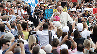 Papa Francesco bacia un bambino al suo arrivo all'udienza generale del mercoledi' in Piazza San Pietro, Citta' del Vaticano, 7 settembre 2016.<br /> Pope Francis kisses a baby as he arrives for his weekly general audience in St. Peter's Square at the Vatican, 7 September 2016.<br /> UPDATE IMAGES PRESS/Isabella Bonotto<br /> <br /> STRICTLY ONLY FOR EDITORIAL USE