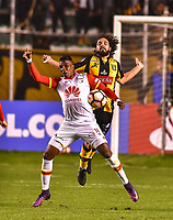 LA PAZ - BOLIVIA - 09 - 03 - 2017: Luis Martinelli (Der.) jugador de The Strongest, disputa el balon con Johan Arango (Der.) jugador de Independiente Santa Fe, durante partido entre The Strongest de Bolivia y el Independiente Santa Fe de Colombia, por la fase de grupos del grupo 2 de la fecha 1 por la Copa Conmebol Libertadores Bridgestone en el estadio Hernando Siles Suazo, de la ciudad de La Paz. / Luis Martinelli (R) player of The Strongest, figths for the ball with Johan Arango (L) player of Independiente Santa Fe, during a match between The Strongest of Bolivia and Independiente Santa Fe of Colombia for the group stage, group 2 of the date 1 for the Conmebol Libertadores Bridgestone in the Hernando Siles Suazo Stadium in La Paz city. Photos: VizzorImage / Javier Mamani / APG / Cont.