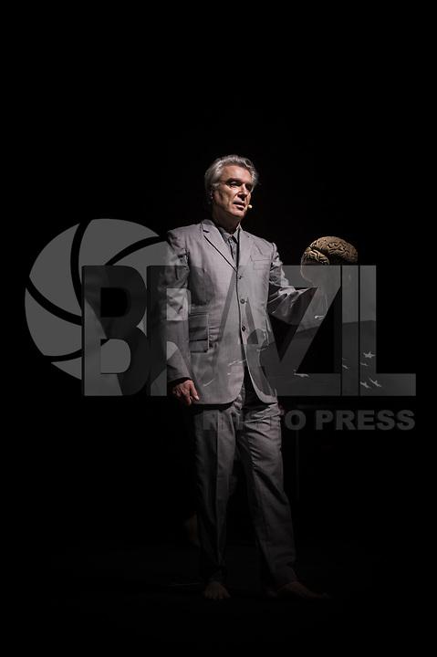 RIO DE JANEIRO, RJ, 28.03.2018 - SHOW-RJ - Performance do músico, compositor e produtor musical norte-americano, David Byrne, no KM de Vantagens Hall, zona oeste do Rio de Janeiro na noite desta quarta-feira (28). (Foto: Jayson Braga / Brazil Photo Press)