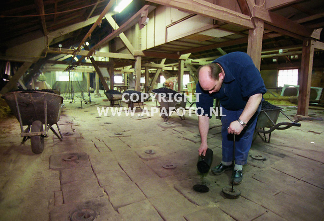Deest , 160300  Foto : Koos Groenewold (APA-Foto)<br />Met de hand worden de oens opgestookt met kolen.