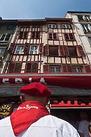 Europe/France/Aquitaine/64/Pyrénées-Atlantiques/Pays-Basque/Bayonne: Fêtes de Bayonne - Maisons à colombage sur les bords de la Nive