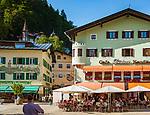 Deutschland, Bayern, Berchtesgadener Land, Berchtesgaden: Ortszentrum mit Café Forstner am Weihnachtsschuetzenplatz | Germany, Bavaria, Berchtesgadener Land, Berchtesgaden: Town centre with Café Forstner