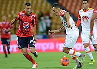 MEDELLIN - COLOMBIA - 21 - 01 -2017: John Hernandez (Izq.) jugador de Deportivo Independiente Medellin, disputa el balón con Andeson Plata (Der.) jugador de Independiente Santa Fe, durante partido de ida entre Deportivo Independiente Medellin y el Independiente Santa Fe, por la SuperLiga Aguila 2017 en el estadio Atanasio Girardot de la ciudad de Medellin. / John Hernandez (L) player of Deportivo Independiente Medellin, fights for the ball with Andeson Plata (R) player of Independiente Santa Fe, during a match for the first round between Deportivo Independiente Medellin and Independiente Santa Fe, for the SuperLiga Aguila 2017 at the Atanasio Girardot stadium in Medellin city. Photo: VizzorImage /  Leon Monsalve / Cont.