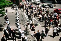 Photo d'archive de la police de Montreal -<br /> perimetre lors d'une manifestation.<br /> a l'exterieur de l'hotel Sheraton durant la Conference de Montreal 1998<br /> <br /> PHOTO :  AGENCE QUEBEC PRESSE<br /> <br /> <br /> NOTE :  numerisation a refaire avec equipement moderne pour obtenir une meilleure qualite.