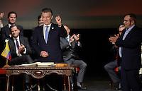 BOGOTA - COLOMBIA -24-11-2016: Juan Manuel Santos, Presidente de Colombia y Rodrigo Londoño, Comandante de las Fuerzas Armadas Revolucionarias de Colombia Ejercito del Pueblo, durante la firma del nuevo acuerdo de Paz entre el gobierno de Colombia y la guerrilla de izquierda de las Fuerzas Armadas Revolucionarias de Colombia Ejercito del Pueblo (FARC EP) / Juan Manuel Santos, President of Colombia and Rodrigo Londoño, Commander of the Revolutionary Armed Forces of Colombia People's Army, during the signing of the new peace agreement between the government of Colombia and leftist guerrillas of the Revolutionary Armed Forces of Colombia People's Army (FARC EP). Photo: VizzorImage / Efrain Herrera / SIG / Cont