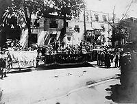 """24 juin 1909 - Char allegorique de la Section St-Louis de France """"Religion et Patrie"""", qui a gagne le 1er prix conjointement avec celui de la section Maisonneuve """"Mademoiselle de Vercheres""""<br /> lors du defile de la Saint-Jean-Baptiste, le 24 juin 1909 <br /> <br /> PHOTO :  Stroud Photographic Supply Co"""