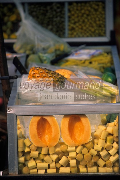 Asie/Thaïlande/Env de Chiang Mai : Etal de fruits près du sanctuaire du Wat Phra That Doi Suthep dans la montagne Doi Suthep