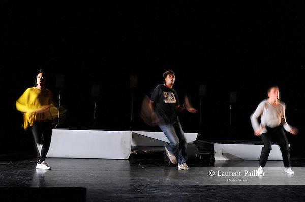 """BASICCités Danse Connexions #1Chorégraphie Ousmane """"Baba"""" SyAvec Jade Fehlmann, François Marna ou Ousmane Sy, Odile LacidesDJ et musique live DJ Sam One - T-SiaLumières Xavier LescatCadre : Suresnes Cité Danse 2017Date : 20/01/2017Lieu : Théâtre de Suresnes Jean VilarVille : Suresnes© Laurent Paillier / photosdedanse.com"""