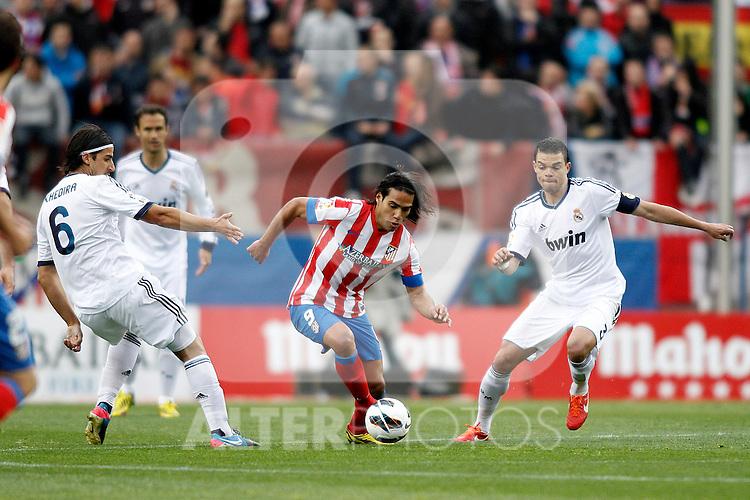 Real Madrid's Khedira (l), Pepe Atletico's Falcao  during La Liga BBVA match. April 27, 2013.(ALTERPHOTOS/Alconada)