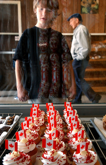 A young customer eyes up Canada Day cupcakes at the Dutch Bakery in Moose Jaw, Sask., June 31, 2005. MARK TAYLOR/Moose Jaw Times-Herald