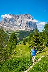 Italien, Suedtirol (Trentino - Alto Adige), Dolomiten: Wandern am Groednerjoch, im Hintergrund der Langkofel | Italy, South Tyrol (Trentino - Alto Adige), Dolomites: hiking area near Gardena Pass (Passo Gardena), Sassolungo mountain at background
