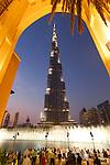 United Arab Emirates, Dubai: Fountain display at night in front of Burj Khalifa, the world's tallest building | Vereinigte Arabische Emirate, Dubai: das Burj Khalifa am Abend mit Wasserspielen