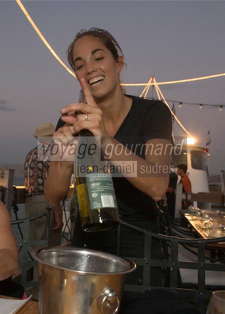 Asie/Israël/Galilée/Tibériade: sommelière au Restaurant Decks, Lido Beach [Non destiné à un usage publicitaire - Not intended for an advertising use]