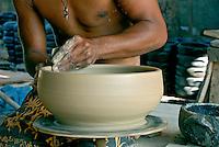 Artesanato de panelas em barro. Guarapari. Espírito Santo. 2006. Foto de Ricardo Azoury.