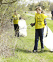 20/04/2010   Copyright  Pic : James Stewart.27_helix_litter  .::  HELIX PROJECT ::  KIDS FROM BRAES HIGH SCHOOL TAKE PART IN THE LITTER PICK AT THE FORTH & CLYDE CANAL BETWEEN LOCK 2 AND THE BLUE BRIDGE ::.