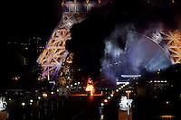 Bloc de fusees en feu au pied de la Tour Eiffel a la fin du Feu d'artifice avec gros degagement de fumee - 14 juillet 2016 - Tour Eiffel depuis le Trocadero - Paris - FRANCE