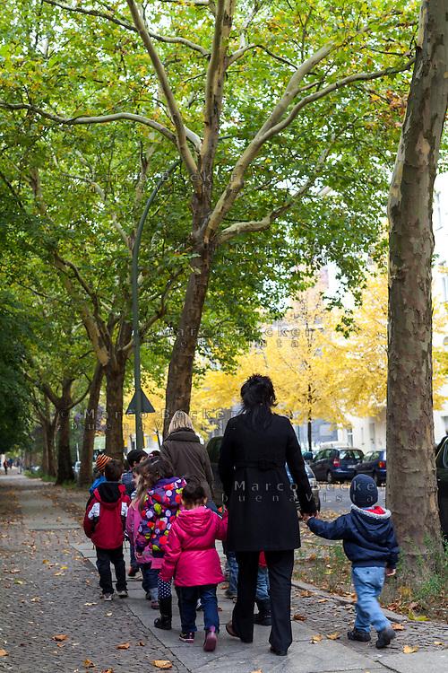 Berlino, quartiere Kreuzberg. Una scolaresca --- Berlin, Kreuzberg district. Pupils