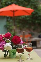 Europe/France/Provence-Alpes-Côte d'Azur/Vaucluse/Oppède le Vieux: rosé de provence à l'apéritif à la terrasse  du bar-restaurant: Le Petit Café