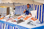 France, Provence-Alpes-Côte d'Azur, Villefranche-sur-Mer: fishmonger's stall at farmer's market in town centre | Frankreich, Provence-Alpes-Côte d'Azur, Villefranche-sur-Mer: Wochenmarkt im Ortszentrum