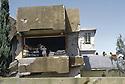 Irak 1991  Halabja en ruines: Enfants dans une maison dynamitée   Iraq 1991  Halabja in ruins: Children living in a dynamited house