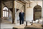 Ex operai della SAVAM, vetreria artistica di Altare in provincia di savona, posano negli spazi fatiscenti della vecchia fabbrica che li vide al lavoro.