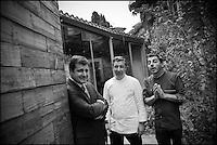 Europe/Espagne/Catalogne/Catalogne/Gérone: Le Celler de Can Roca - Les frères Roca: Joan, ancien élève de l'école hôtelière locale, qui a la haute main sur le salé, Jordi, le cadet qui s'affaire au sucré, Josep, l'homme de salle, qui gère une cave de 35000 bouteilles - Restaurant: Le Celler de Can Roca, à la deuxième place de la liste The World's 50 Best Restaurants. [Non destiné à un usage publicitaire - Not intended for an advertising use]