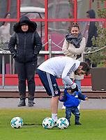 16.01.2018, Football 1. Bundesliga 2017/2018, FC Bayern Muenchen, Training an Saebenerstrasse. li: Javi Martinez (FC Bayern Muenchen) and son and wife *** Local Caption *** © pixathlon<br /> <br /> +++ NED + SUI out !!! +++<br /> Contact: +49-40-22 63 02 60 , info@pixathlon.de