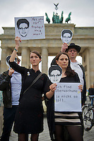 Mitglieder der Protestpartei Piraten, des Chaos Computer Club und verschiedener Friedensgruppen versammelten sich am Donnerstag den 4. Juli 2013 in Berlin vor dem Brandenburger Tor zu einer Solidaritaetskundgebung fuer den US-Whistleblower Edward Snowden. Sie forderten, dass Snowden in Deutschland Asyl gewaehrt werden soll.<br />Vorne rechts: Cornelia Otto, Die Piraten.<br />4.7.2013, Berlin<br />Copyright: Christian-Ditsch.de<br />[Inhaltsveraendernde Manipulation des Fotos nur nach ausdruecklicher Genehmigung des Fotografen. Vereinbarungen ueber Abtretung von Persoenlichkeitsrechten/Model Release der abgebildeten Person/Personen liegen nicht vor. NO MODEL RELEASE! Don't publish without copyright Christian-Ditsch.de, Veroeffentlichung nur mit Fotografennennung, sowie gegen Honorar, MwSt. und Beleg. Konto:, I N G - D i B a, IBAN DE58500105175400192269, BIC INGDDEFFXXX, Kontakt: post@christian-ditsch.de<br />Urhebervermerk wird gemaess Paragraph 13 UHG verlangt.]