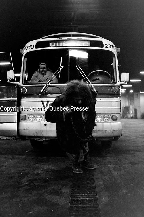 Homme fort du Quebec, le Grand Antonio tirant des autobus voyageur<br /> le 26 avril 1971<br /> <br /> Photographe: Photo Moderne<br /> - Agence Quebec Presse