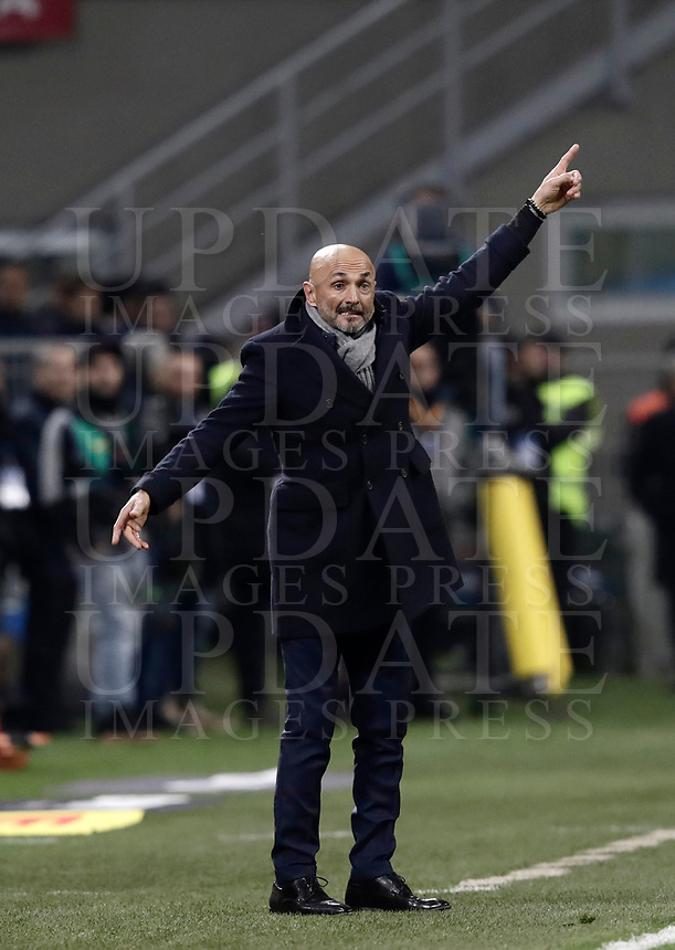 Calcio, Serie A: Inter - Roma, Milano, stadio Giuseppe Meazza (San Siro), 21 gennaio 2018.<br /> Inter's coach Luciano Spalletti speaks to his players during the Italian Serie A football match between Inter Milan and AS Roma at Giuseppe Meazza (San Siro) stadium, January 21, 2018.<br /> UPDATE IMAGES PRESS/Isabella Bonotto