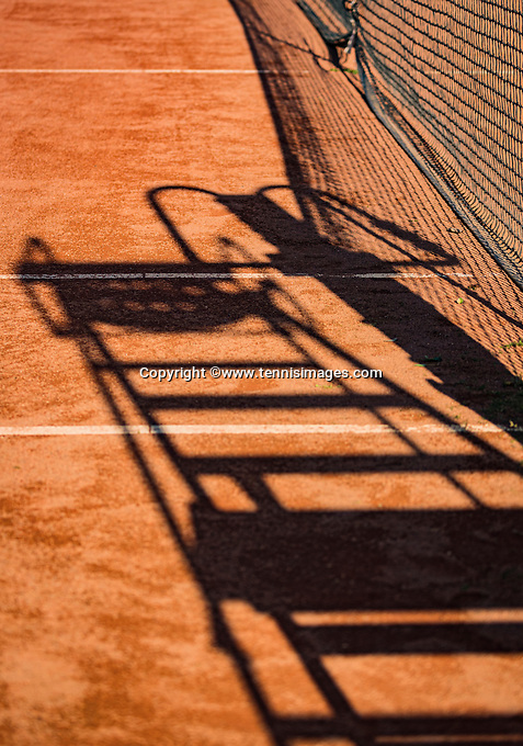 Hilversum, The Netherlands,  August 21, 2020,  Tulip Tennis Center, NKS, National Senior Tennis Championships, Shadow og Umpirechair and tennisnet<br /> Photo: Tennisimages/Henk Koster